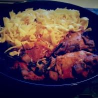 Cataplana de poulet (voir rubrique recettes) version simplifiée (chorizo, oignons, tomates, courgettes, lardons, laurier)