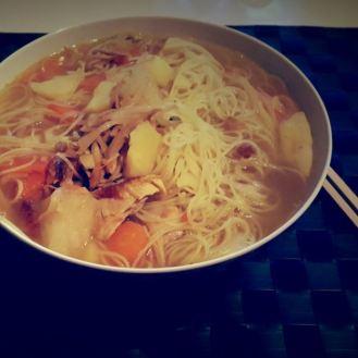 Pho « francisé » (bouillon Pho, navets, carottes, pommes de terre, vermicelles de riz et cailles rôties)