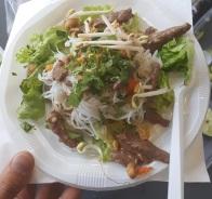 Bo Bun (salade, carottes, concombre, soja, pâtes de riz, cacahuètes, oignons frits, coriandre, menthe, bœuf mariné à la sauce huître) et sa sauce (Nuoc Mam, sucre, citron, piment, eau)