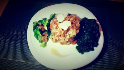 Risotto carottes, radis noir, poireaux, oignons, trompettes de la mort, oignons frits et copeaux de parmesan (accompagnement épinards et salades marrons, crème de balsamique)